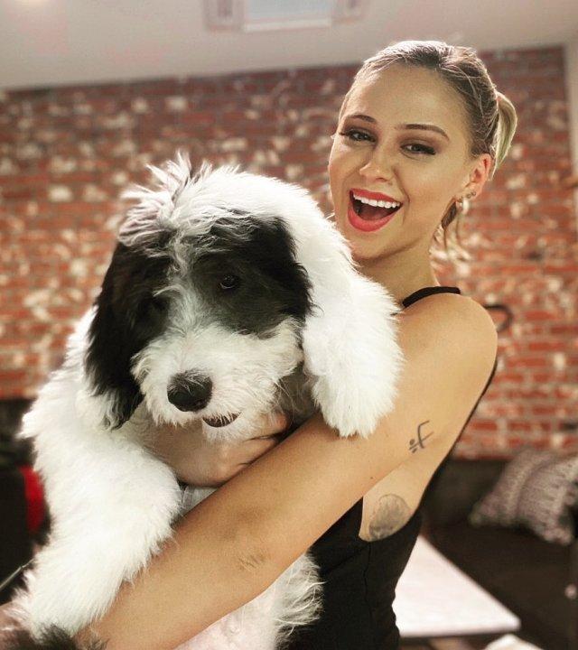 Мария Бакалова - актриса, сыгравшая дочь Бората с собакой на руках