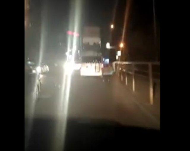Во Владивостоке заметили микроавтобус, который вез на крыше грузовик