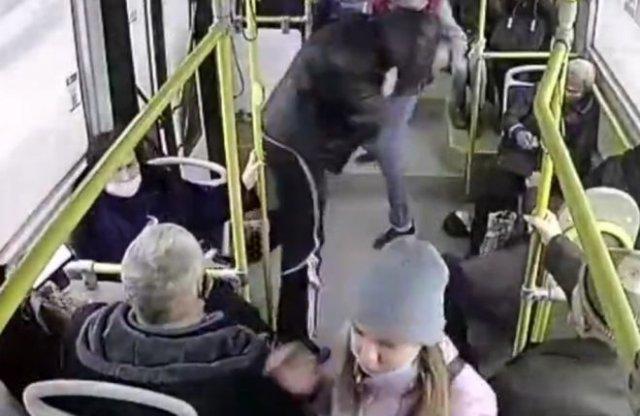 Один против двоих: в Красноярске кондуктору пришлось угомонить парней без масок