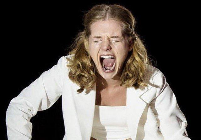 Кристина Асмус кричит в белом костюме