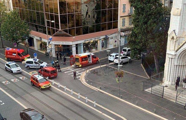 Теракт в Ницце: неизвестный с ножом напал на людей у Нотр-Дама