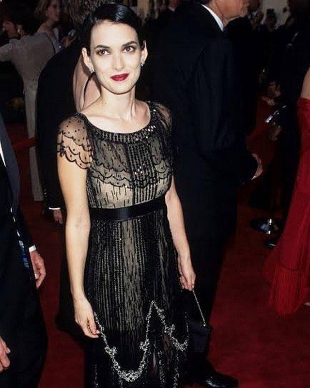 Вайнона Райдер в черном платье
