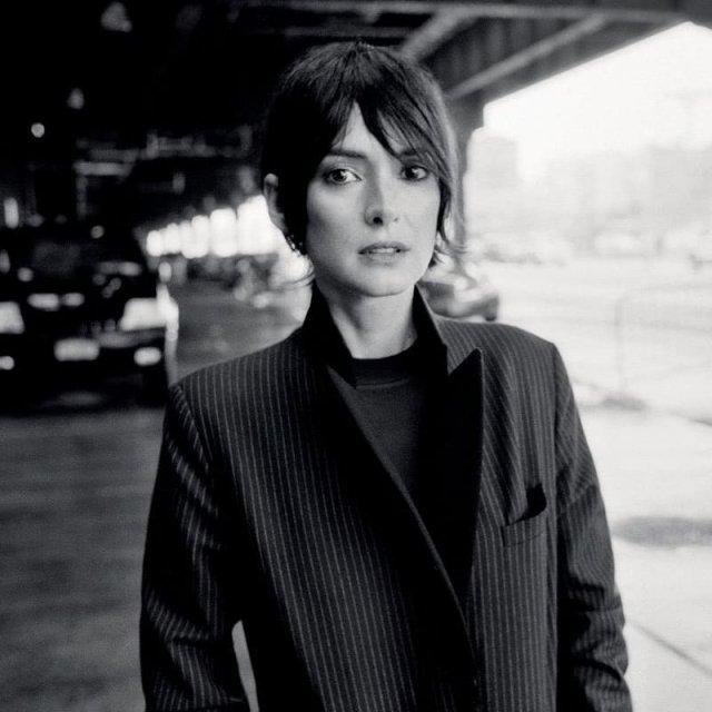 Вайнона Райдер в черном пальто