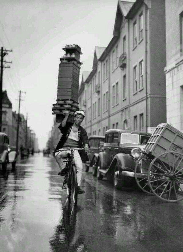 Курьер, одного из ресторанов Токио развозит заказы на велосипеде, 1972 год