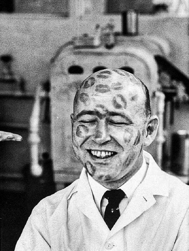 Сотрудник косметической фирмы испытывает на себе помады на предмет токсичности, 1960 год.