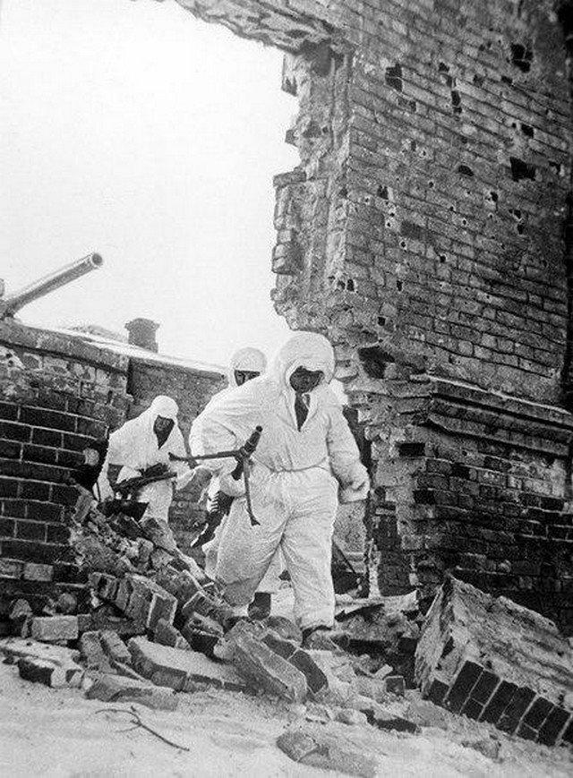 Советские бойцы в маскхалатах продвигаются в развалинах Сталинграда, 1943 год