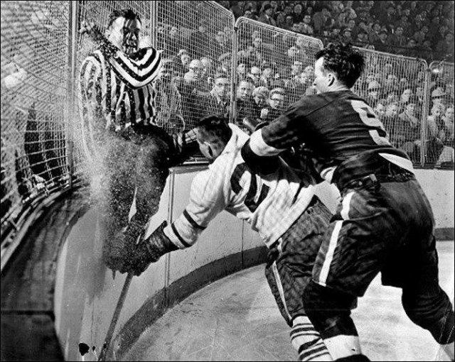 Судья Фрэнк Юдвэри пытается скрыться от столкновения с игроком, Торонто, 1956 год.