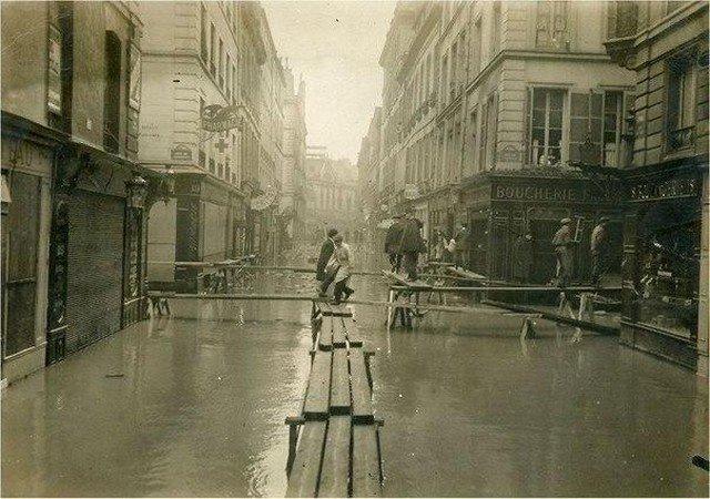 Пешеходные мостики во время наводнения, Париж, 1910 год.