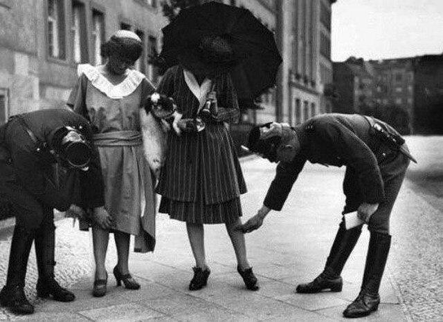 Полиция измеряет длину юбок у девушек, Берлин, 1922 год.