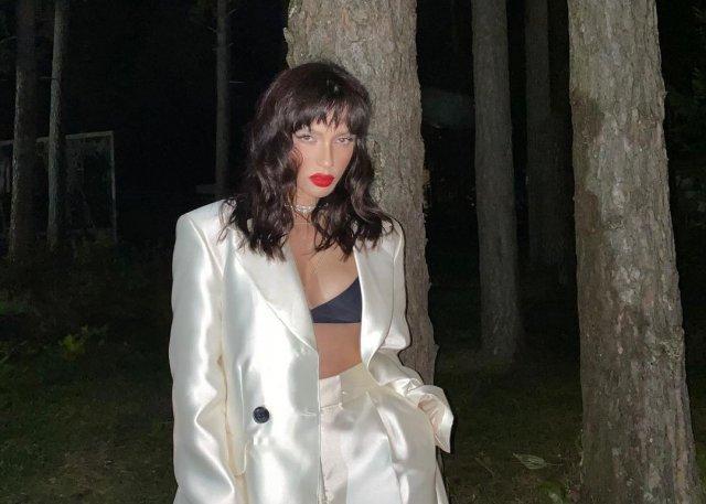 Ольга Серябкина в белом костюме в лесу