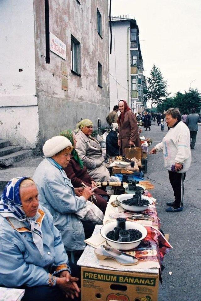 Бабушки торгуют семечками на стихийном рынке.