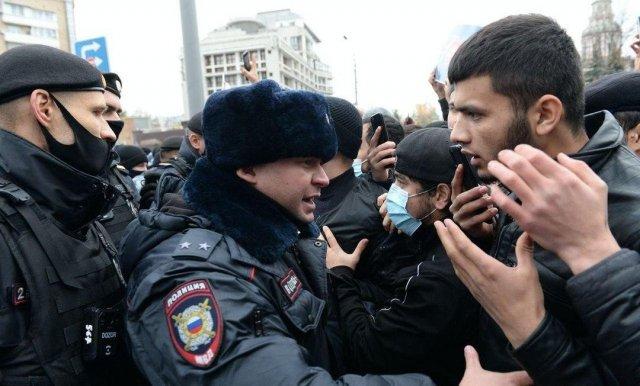 У французского посольства в Москве недовольные мусульмане скандируют: «Макрон — террорист!»