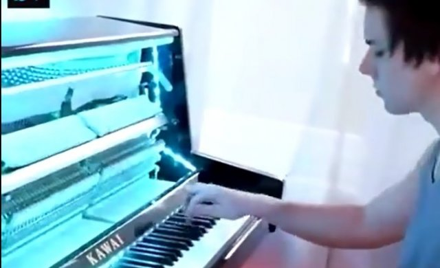 Парень играет на пианино