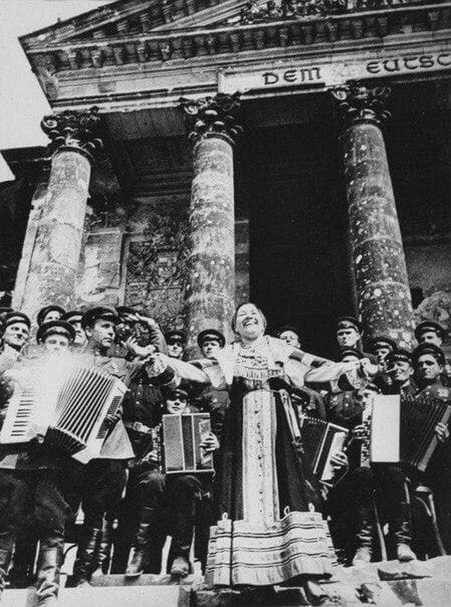 Лидия Русланова исполняет «Катюшу» на фоне разрушенного Рейхстага, в честь падения Третьего Рейха. Май 1945.