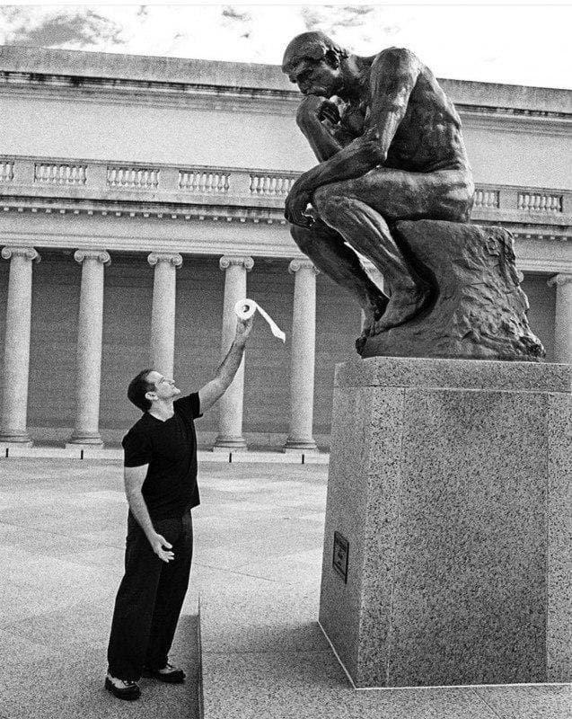 """Робин Уильямс предлагает туалетный рулон скульптуре """"Мыслитель"""", 90-е"""