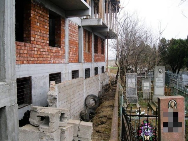 Дом возле кладбища