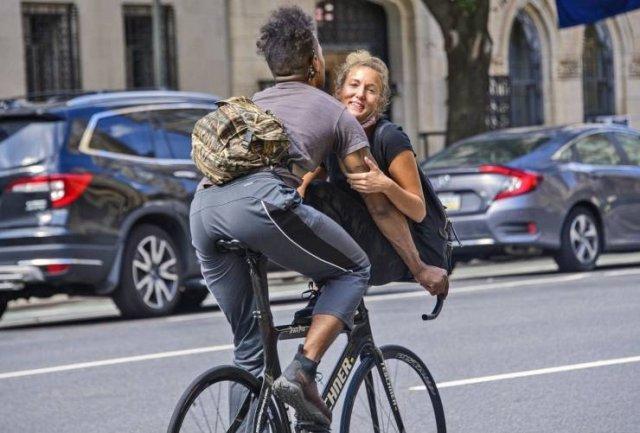 Девушка на руле велосипеда