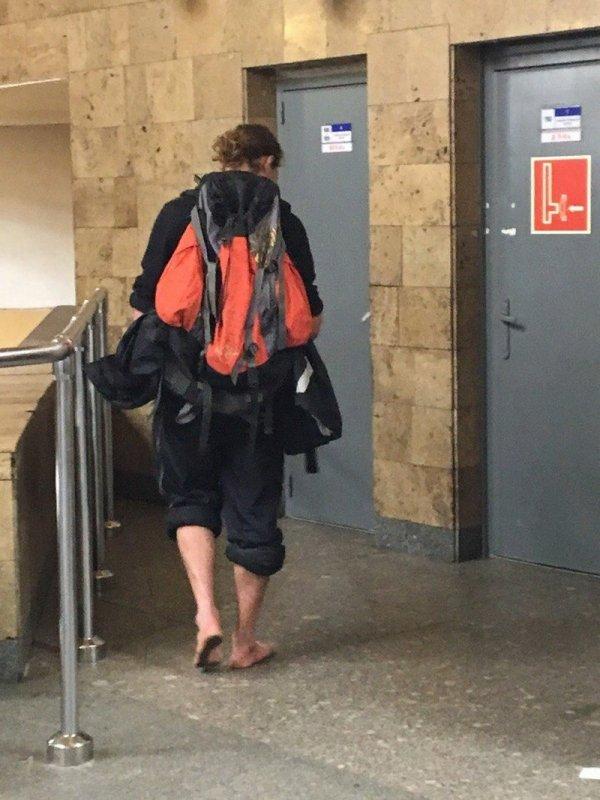 босой парень в метро