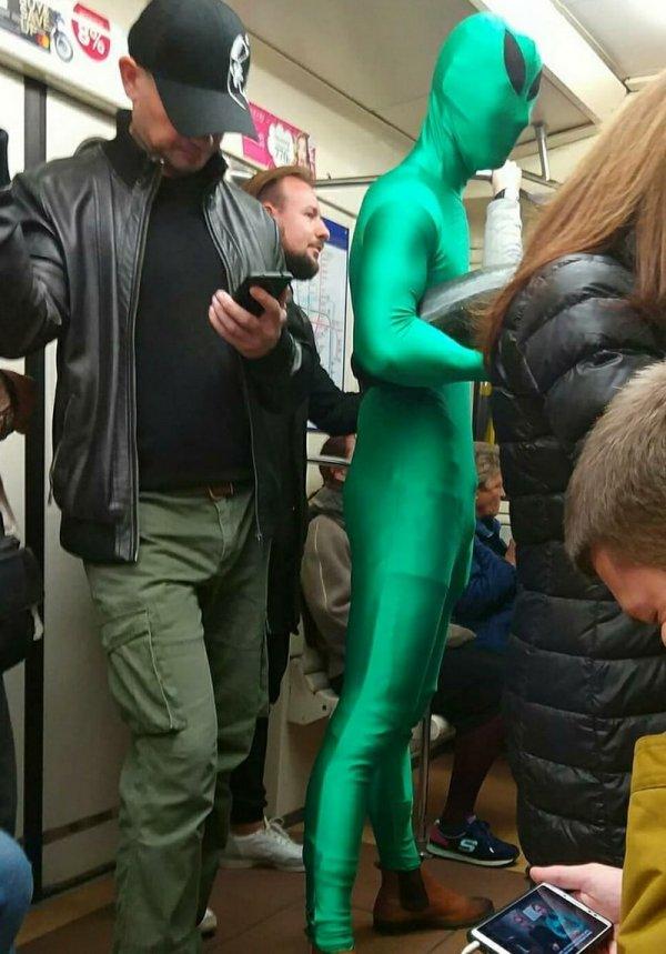парень в костюме пришельца