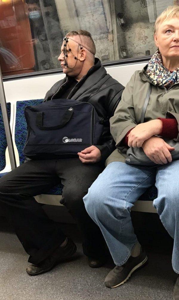 мужчина с бусами на голове