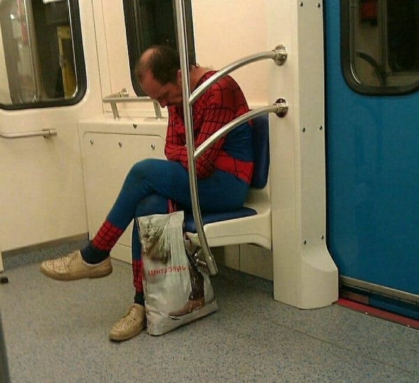 мужчина в костюме человека-паука