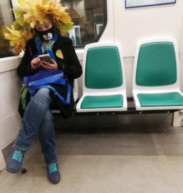 девушка в парике из листьев