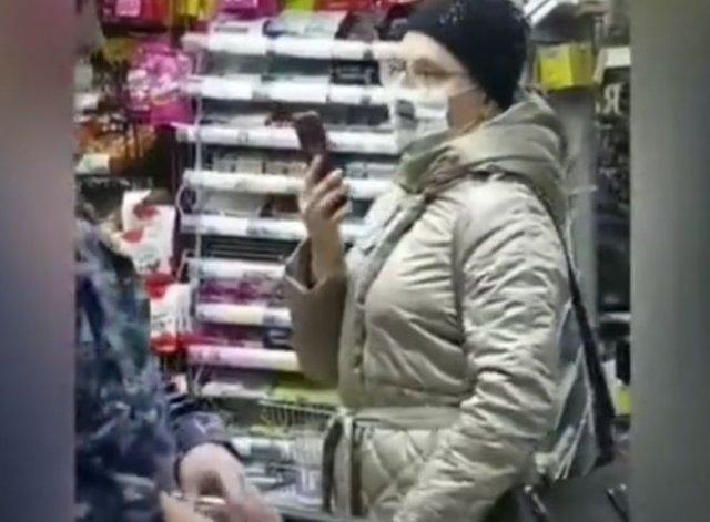 """Дамочка в """"дизайнерской"""" маске смутила сотрудников Росгвардии"""