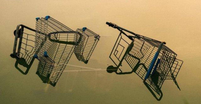 Тележки из супермаркета наполовину лежат в воде