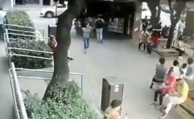 Парни заступились за девушку и побили нападавшего