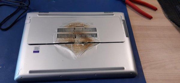 Клиент оставил свой ноутбук на электрической плите