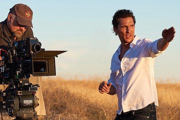 Мэттью МакКонахи на съемках в белой рубашке