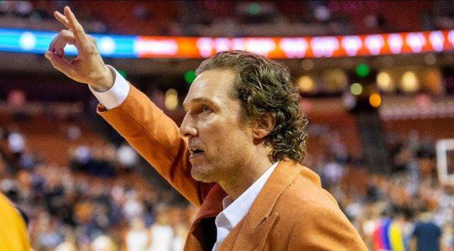 Мэттью МакКонахи в оранжевом на баскетбольном матче
