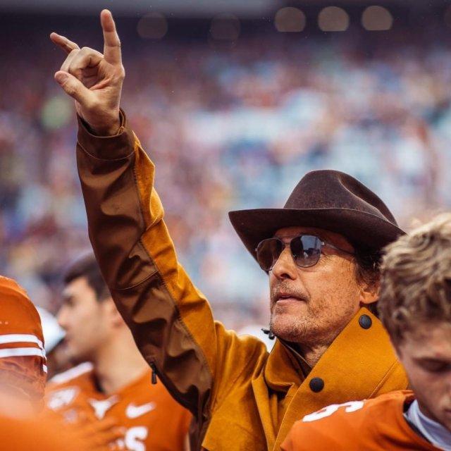 Мэттью МакКонахи в ковбойской шляпе и очках