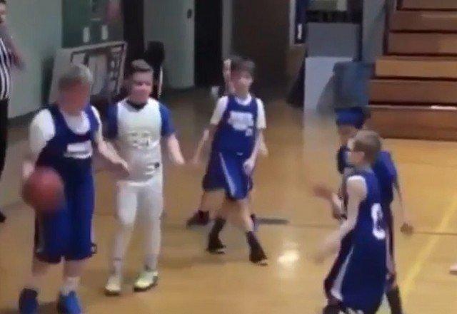Парни играют в баскетбол