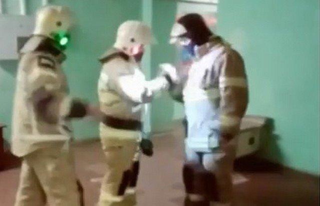 Пожарные танцуют