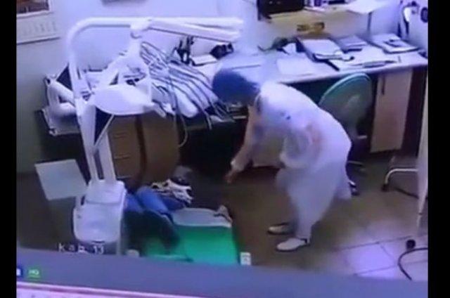 Женщина, которая впервые увидела кресло стоматолога и забавно с него свалилась