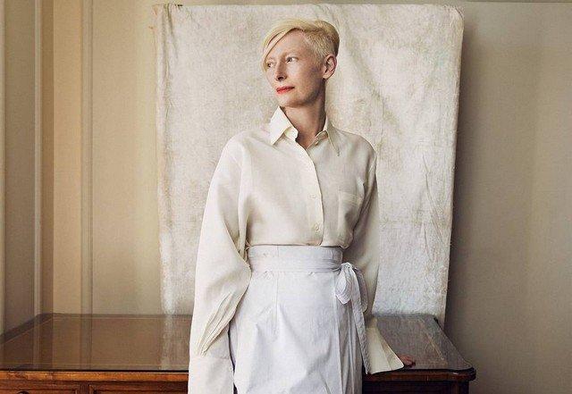 Тильда Суинтон в белой кофте