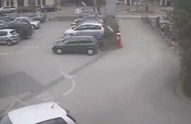 """Шлагбаум """"сошел с ума"""" и повредил машину"""