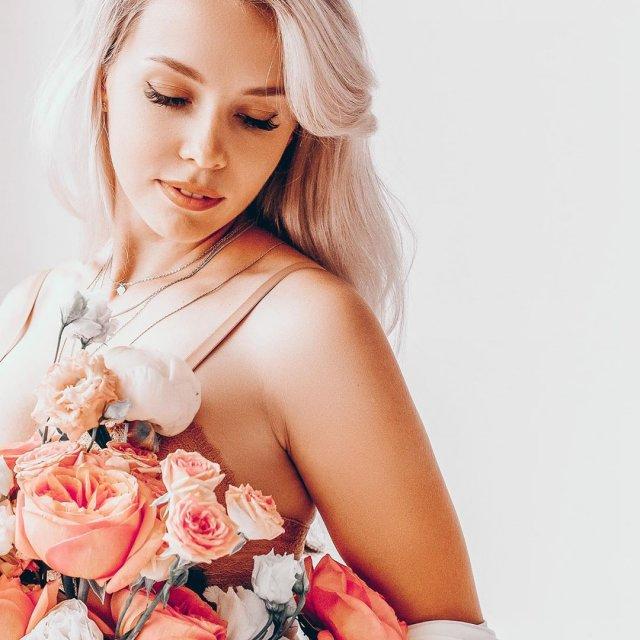 Валерия Тулаева в нижнем белье и цветами