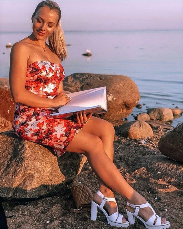 Валерия Тулаева в красном платье на заливе