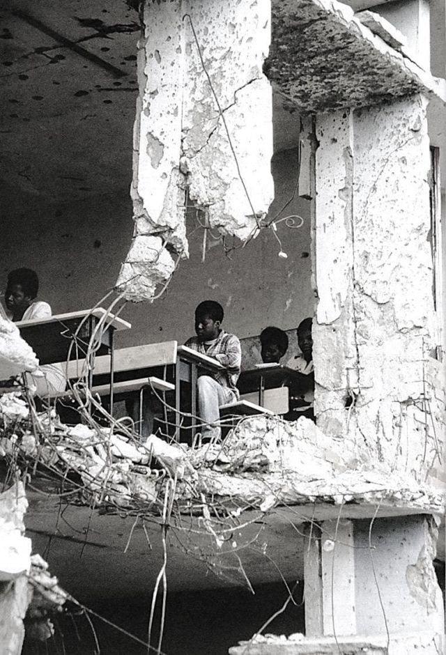 Дети на уроке в разрушенной школе, Ангола, 1997 г