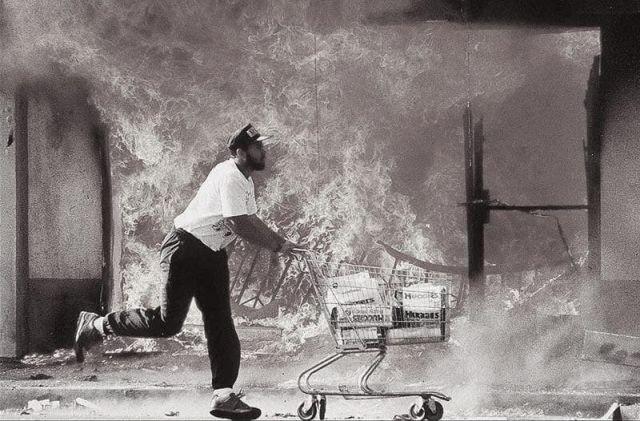 Мужчина убегает с украденными памперсами во время бунта в Лос-Анджеле,1992 год