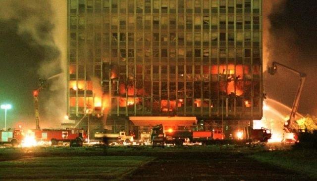 Пожарные пытаются спасти здание во время бомбардировки НАТО Белграда, Сербия, 1999 год.