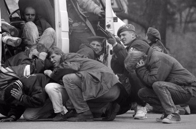 Спецназ защищает граждан Сараево от огня сербских снайперов, 6 апреля 1992 года.