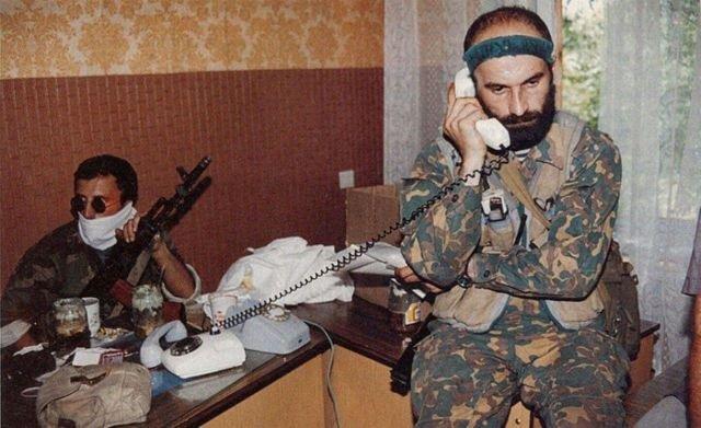 Шамиль Басаев ведет переговоры о выходе колонны боевиков в Чечню