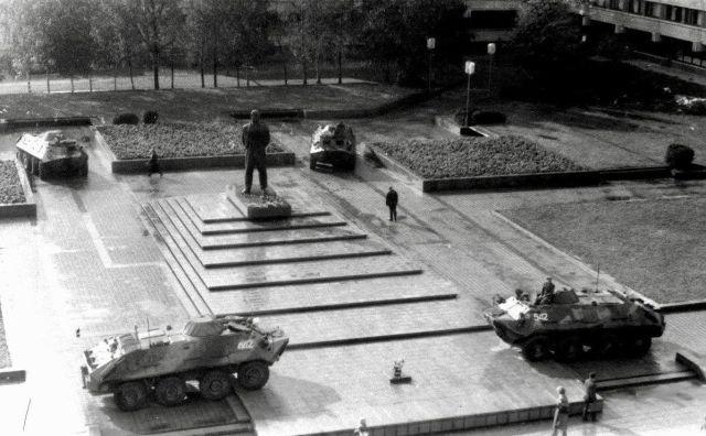 Советская армия охраняет памятник Ленину в Клайпеде, 1990 г.