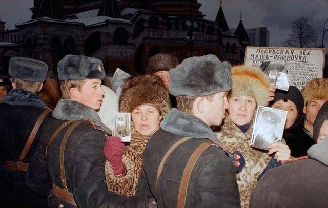 Митинг советских матерей около Красной площади в Москве 24 декабря 1990 года.