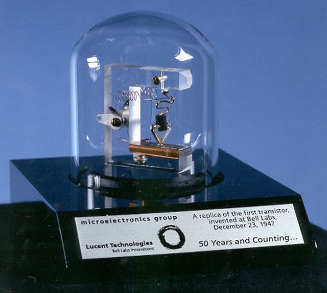 Макет точечного транзистора Бардина и Браттейна. 1947 год.