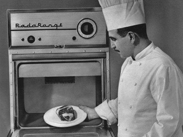 Перси Спенсер запатентовал микроволновую печь. 1947 год