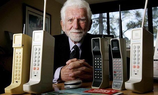 1973 году был выпущен первый портативный сотовый телефон
